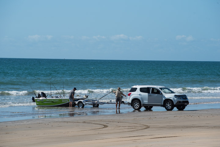 launching a boat from the beach tips
